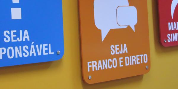 Quadro personalizado para comunicação interna e sinalização de empresas
